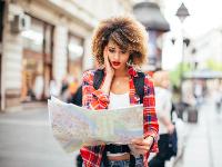 mujer perdido viendo un mapa