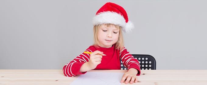 niña escribiendo su lista de deseos para navidad