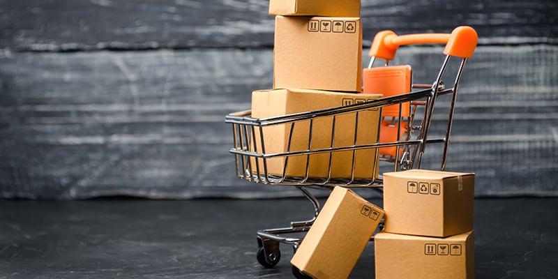 carrito de compra con paquetes