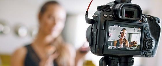 mujer enfrente de una cámara