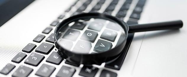 lupa sobre un teclado