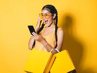 chica comprando con el móvil