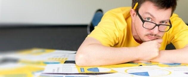 probar fotos Ab testing foto hombre con camiseta amarilla