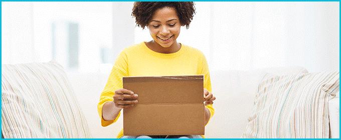 embalaje chica abriendo un paquete