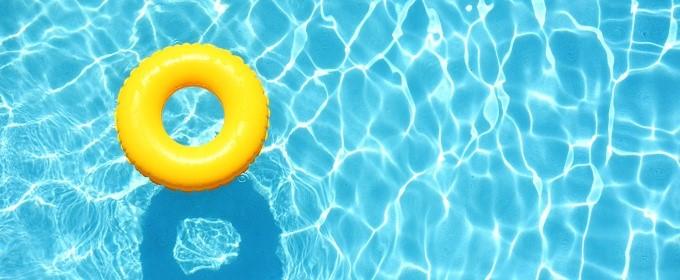 flotador amarillo en el agua
