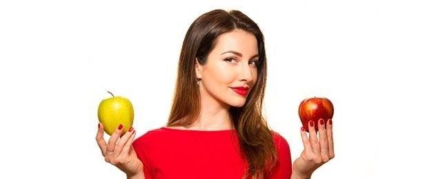 mujer con dos manzanas