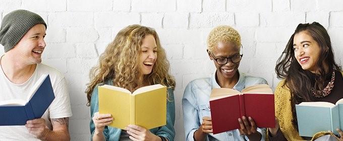 personas leyendo