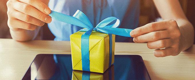 regalo con papel amarillo y lazo azul