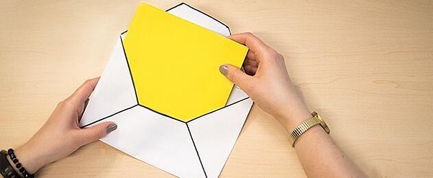 persona abriendo un sobre