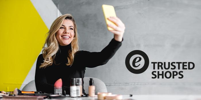 chica con maquillaje y smartphone