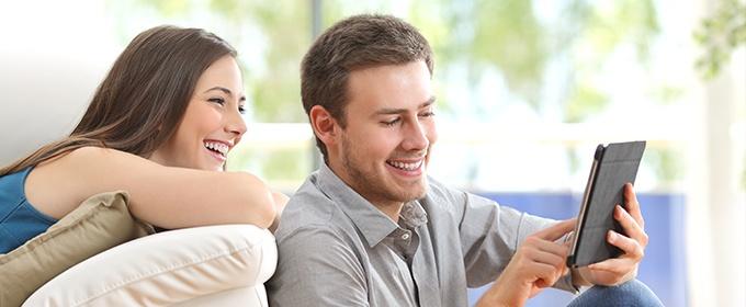 mujer y hombre con smartphone
