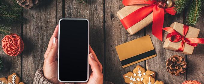 smartphone con regalos alrededor