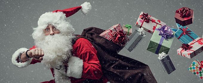 Papa Noel corriendo con regalos