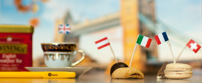 banderas y una taza de tee