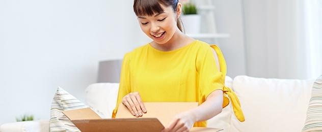 mujer abriendo un paquete