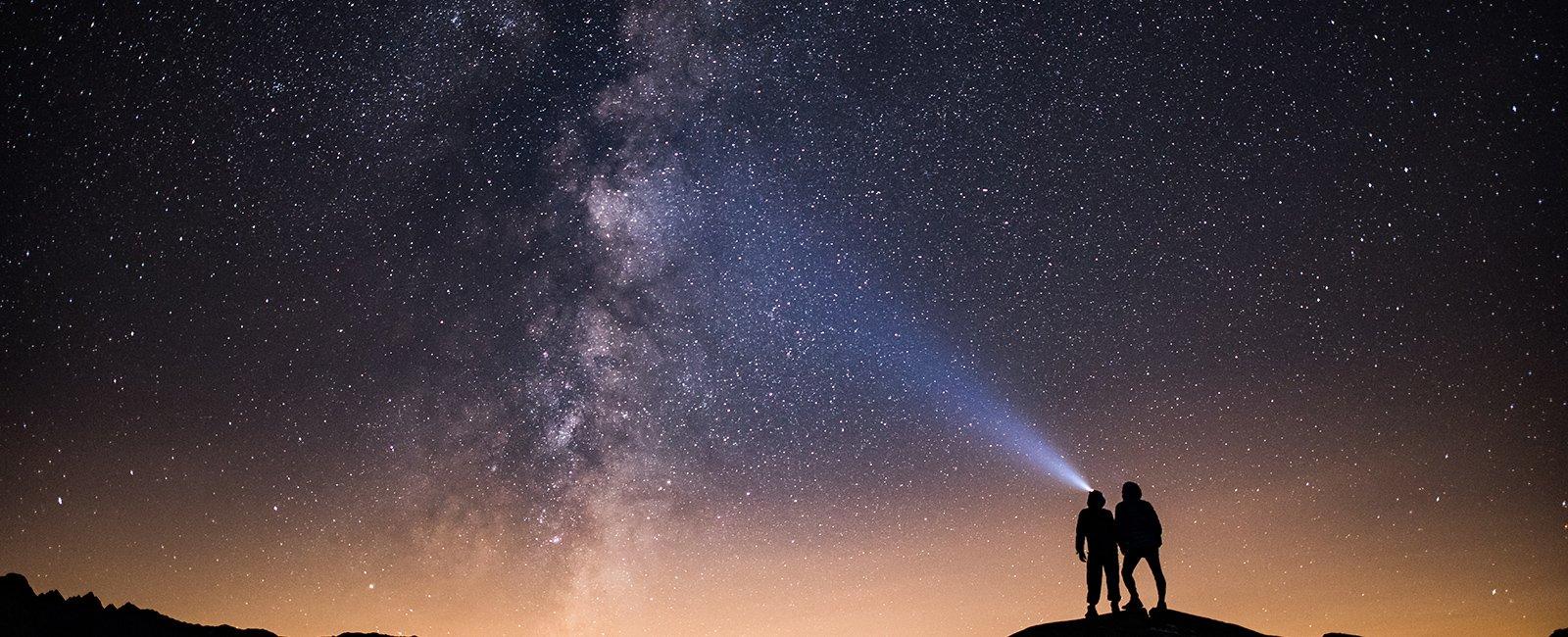 personas mirando las estrellas