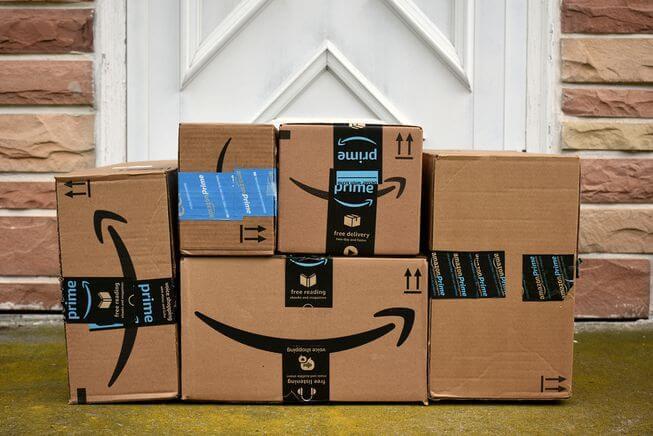 paquetes de amazon enfrente de una puerta
