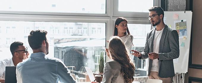 personas en un meeting